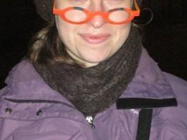Mathilde Tessier porte de fausses lunettes, peut-etre espère-t-elle remplacer Johnny Hallyday dans des pubs pour les opticiens